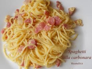 Questa è la ricetta degli spaghetti alla carbonara di Nadia: Solo 3 ingredienti, uova, pancetta e parmigiano. Niente cipolla, niente prezzemolo, niente olio, niente soffritti e uovo rigorosamente cotto. La pancetta non deve soffriggere, ma deve scaldarsi giusto il tempo necessario a far sciogliere un po' il grasso, che è fondamentale per aromatizzare l'uovo e gli spaghetti
