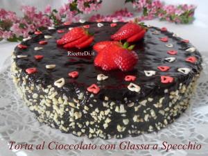 Se hai un debole per il cioccolato, devi assolutamente provare questa torta. Un pan di spagna buonissimo, fatto con un impasto di cioccolato fondente, burro, farina e uova, ricoperto con una colata di crema a caldo fatta con cacao, zucchero, e panna, per una lucida e scenografica glassa a specchio