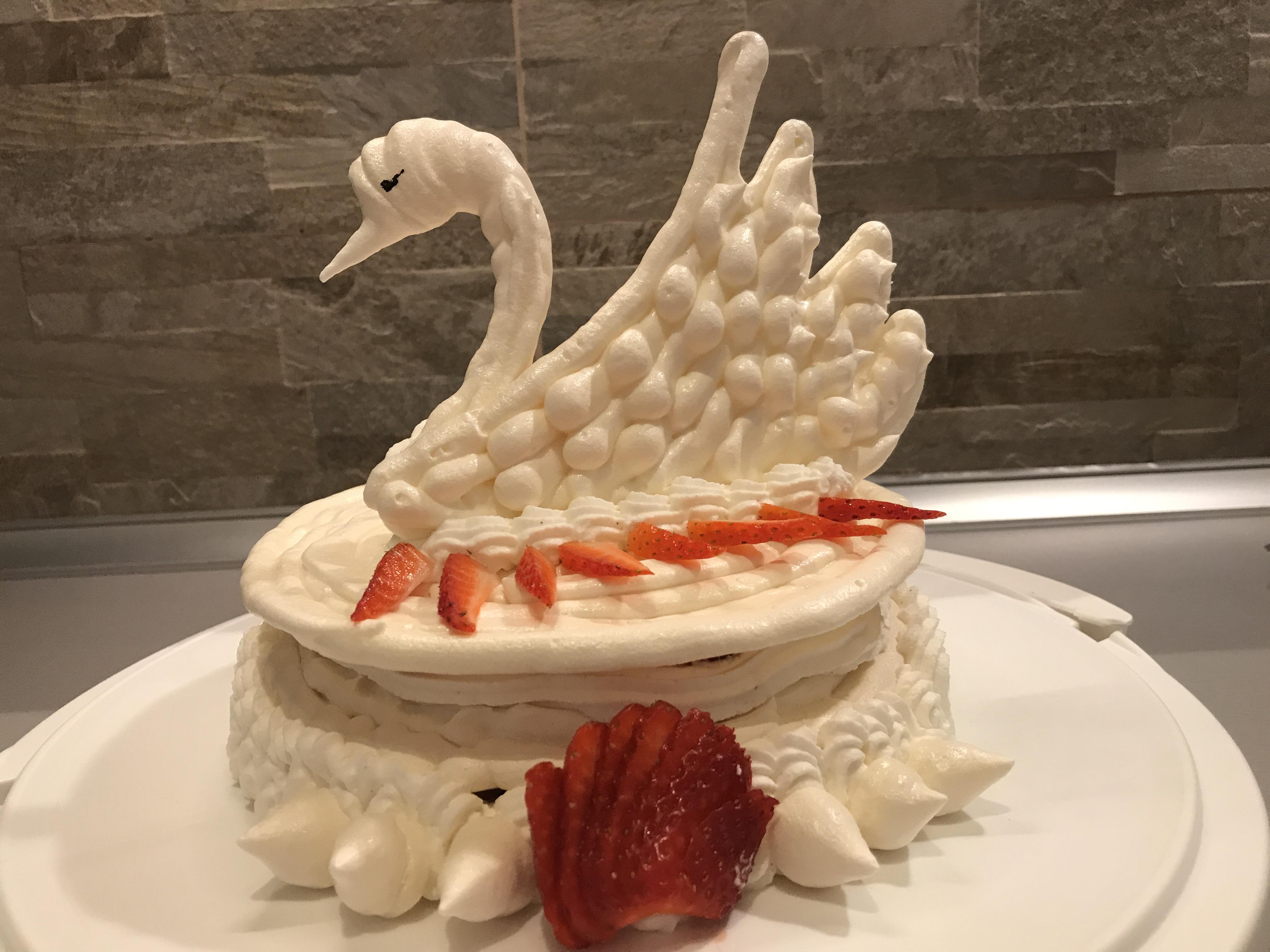 Torta a forma di cigno con meringa for Isola cucina a forma di torta